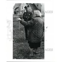 1984 Press Photo Mickey Hardwick Police Officer talks with old woman