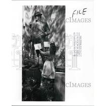 1988 Press Photo Case Western Reserve University Staffer by Tom Johnson Statue