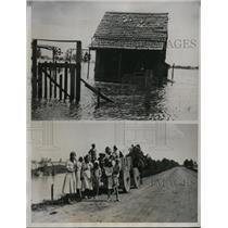1933 Press Photo Flooded refugees reach land in Craighead Co Ark near Monette