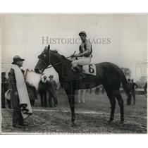 1930 Press Photo Racehorse Desert Light with jockey aboard at a racetrack