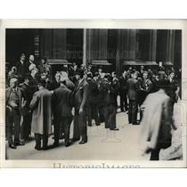 1931 Press Photo Hundreds at Stock Exchange In London over gold suspension