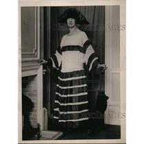 1922 Press Photo Ascot frock in ivory georgette & navy taffetta & monkey fur hat