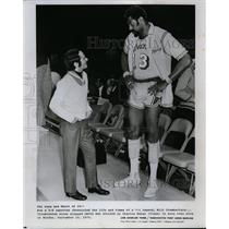 1973 Press Photo David Shaw & basketball player Wilt Chamberlain of Lakers
