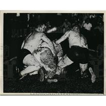 1940 Press Photo Bulldog Lanier vs Tiger Multhaupt at wresting in Michigan