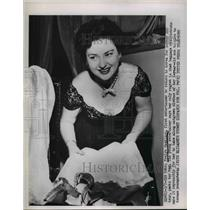 1952 Press Photo Evelyn Hamilton Packs Her Bag  - nee92110