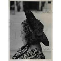 1938 Press Photo Woman wears toque with wide straw brim at spring fashion show
