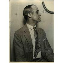 1925 Press Photo Man wears shirt with jacket and tie - nee93157