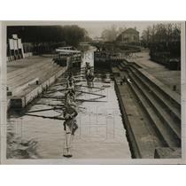 1928 Press Photo two Eton rowing crews moving through Romney Lock to boathouse
