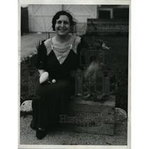 1934 Press Photo Virginia George & A Duck