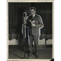 1930 Press Photo Uncle Ben Darrow, radio school master, stretches across nation