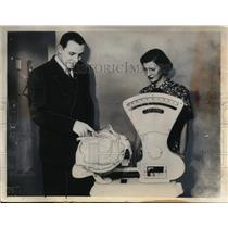 1935 Press Photo Cardinals pitcher Bud Parmalee with wife and newborn son