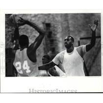1986 Press Photo Mark West guards Keith Lee. - cvb64118