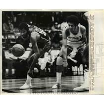 1973 Press Photo 76ers Manny Leaks and Cavaliers John JOhnson fight for ball