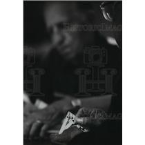 1994 Press Photo During a game of bridge one of the card players looks over hand