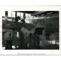1988 Press Photo Salair's crew completes final cleaning of DC-3 airframe
