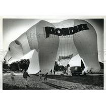 1992 Press Photo Team liftoffs white Klondike bear balloon at Cub Foods