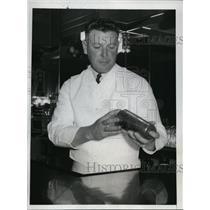 1935 Press Photo Irish Muesel former NY Giants now bartender in LA cafe