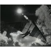 1980 Press Photo Hang-glider flying over the Summerfest grounds - mja03349