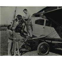1929 Press Photo Lieut NB Mamer directs Vern Bookwalter in repair work