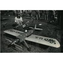 1988 Press Photo Roberta Hegy w/ her two model planes; Sweet N' Low & P-403