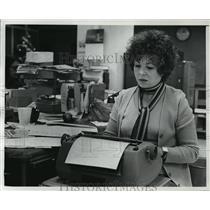 1975 Press Photo Barbara Abel at work at Milwaukee Journal - mja00831