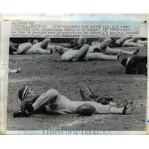 1971 Press Photo Baltimore Colts safety Rick Volk working out with his son Eric
