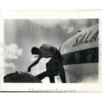 1988 Press Photo Salair pilot adds Phillips 66 25W-60 X/C oil to DC-3 engine