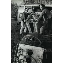 1981 Press Photo Winnie and Dirk Bakker load balloon, gear. - mja00643
