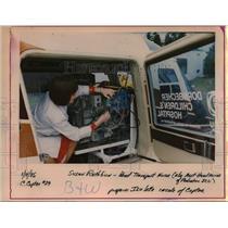 1986 Press Photo Susan Rathbun, pediatric transport team nurse checks incubator.