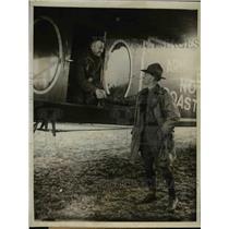 1923 Press Photo Lt John Macready shakes hands with Lt E Abbey before flight