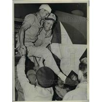 1943 Press Photo Lt. R.G. Arnold injured while landingat 7th Air Force Base