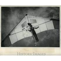 1978 Press Photo Scott Forrer flying his hang glider near his Mequon home