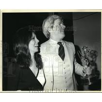 1979 Press Photo Phil Donahue wins an Emmy, accompanied by actress Marlo Thomas