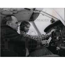 1976 Press Photo Randy Burr checks preflight checklist with Joe Loranger