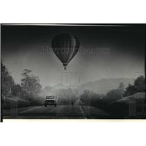 1986 Press Photo Balloon owned by Pete Asp floats across Highway J, Lisbon Town