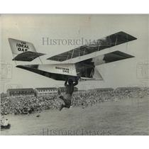 1974 Press Photo Man gliding at a Birdman Rally in Selsey, England - mja03350