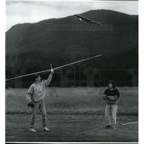 1992 Press Photo Jeff Seaborn & Tara Campbell guiding their miniature airplanes
