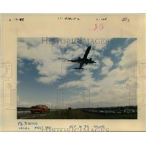 1998 Press Photo An airplane took off at the Portland International Airport
