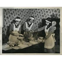 1931 Press Photo Group of Girl Scouts Prepare & Serve Dinner to Pres Hoover