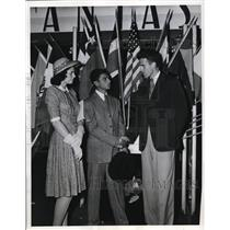1941 Press Photo Julio Cesar Berrivbeitia Greeted By Jean And Robert Wallace