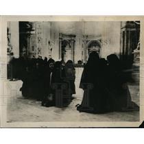 1922 Press Photo Women In St. Peters Offering Prayers For Dead Pope - ney09798