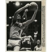 1973 Press Photo Chicago Bulls Jerry Sloan fights for a rebound