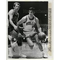 1973 Press Photo Chicago Bulls Jerry Sloan against Warriors Jeff Mullins