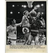 1973 Press Photo Bulls Jerry Sloan and Dennis Awfrey go for ball. Suns Neal Walk