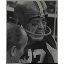 1967 Press Photo Frank Ryan, Browns football, grimaces in pain with hurt arm.