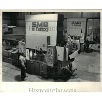 1983 Press Photo Roy Neitzel stand next to a die at E.R. Wagner Manufacturing Co