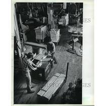 1982 Press Photo Lee Johnson and Jeff Salentine at Svoboda Industries Inc.