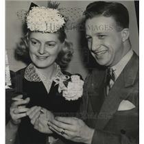 1943 Press Photo Edith Fischer & Joseph J Fiedler Jr enjoying a smoke