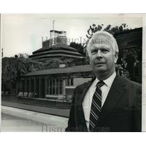 1988 Press Photo Charles Bray stood near the Frank Lloyd Wright-designed
