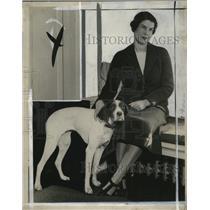 1935 Press Photo Mrs. Arthur Andrews Holbrook & pet Ginny in Milwaukee